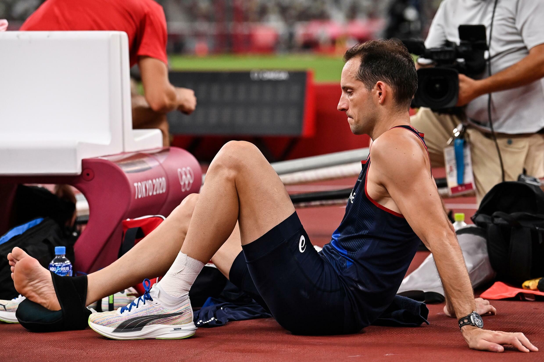 Renaud Lavillenie, poche de glace sur sa cheville droite, avant la finale du concours de saut à la perche aux Jeux de Tokyo, le 3 août 2021