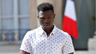 Le jeune Mamoudou Gassama à la sortie de l'Elysée où il a été reçu par le président Macron le 28 mai 2018.