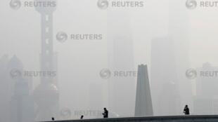 上海东方明珠塔在雾霾中若隐若现,2018年11月28