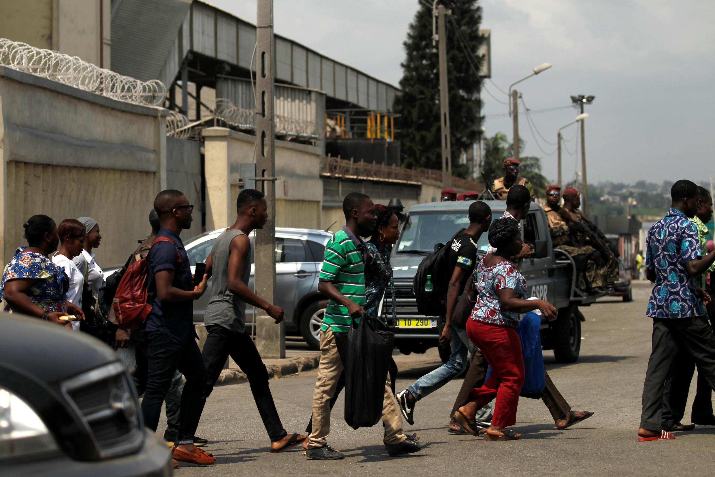 Des habitants fuient le port d'Abidjan après avoir entendu des coups de feu, le 18 janvier 2016.