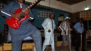 Chaque samedi, l'orchestre Standard rejoue les grands succès des années 1960 et 1970 à la Paillote de Conakry.