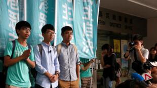 Hồng Kông : Ba lãnh đạo sinh viên, từ trái sang phải, Joshua Wong, Nathan Law and Alex Chow, gặp nhà báo trước phán quyết của tòa án, ngày 15/08/2016.