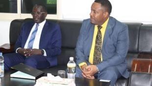 Spika wa bunge la Afrika Mashariki, Martin Ngoga (kushoto)akiwa na Spika wa baraza la wawakilishi Zuberi Maulid