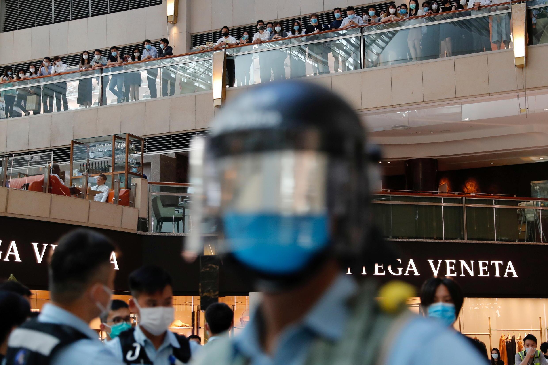 Cảnh sát chống bạo động canh gác người biểu tình tại một trung tâm mua sắm, vào thời điểm Quốc Hội Trung Quốc họp thông qua luật « an ninh quốc gia » Hồng Kông. Ảnh chụp ngày 30/06/2020.