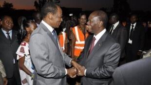 Shugaban kasar Cote d'Ivoire Alassane Ouattara yana gaisawa da shugaban kasar Burkina Faso Blaise Compaoré.