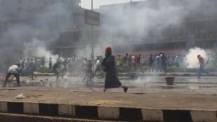 Affrontements entre la police et les supporters du président déchu Mohamed Morsi sur la place Rabaa al-Adawiya au Caire, le 14 août 2013.