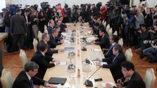Đàm phán Nga - Nhật. Dẫn đầu hai phái đoàn là ngoại trưởng Nga Sergei Lavrov và đồng nhiệm Nhật Taro Kono, Matxcơva, ngày 14/01/2019.