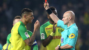 L'arbitre Tony Chapron met un carton rouge au joueur Diego Carlos, lors du match PSG-Nantes, le 14 janvier 2018.