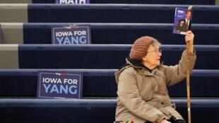 Une supportrice de Tom Steyer, candidat démocrate à la présidence pour 2020, attend sur le site de son caucus à Des Moines, le 3 février 2020.