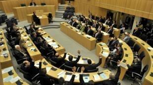 Parlamento do Chipre rejeita plano que impõe imposto sobre depósitos.