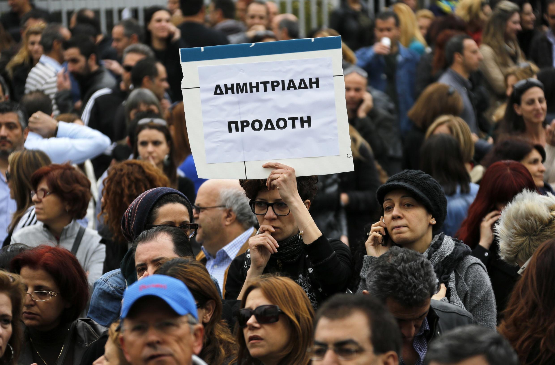 Bancários e estudantes secundarias protestaram na terça-feira, 26 de março em Nicósia, contra o plano de resgate do Chipre.