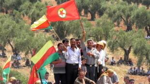 Rassemblement de Kurdes pour les obsèques de trois de leurs miliciens tués à Alep lors d'accrochages avec l'armée régulière, le 27 juillet 2012.