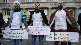 Dân tị nạn Syria biểu tình chống bạo lực tình dục và kỳ thị chủng tộc, Cologne, 16/01/2016.