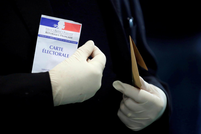 Em Paris, eleitor votou de luvas no primeiro turno das eleições municipais.