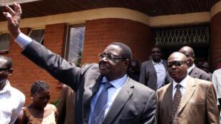 Rais wa Malawi, Peter Mutharika akipungia katika moja ya ziara zake mwaka 2013, ushindi wake umetenguliwa na mahakama ya katiba
