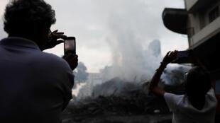 De la fumée s'échappe des décombres du batiment effondré, dans le centre de Sao Paulo, le 1er mai 2018.