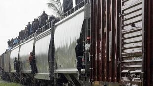 """""""El tren de los sin papeles"""", a su paso por el sur de México, a fines de agosto."""