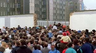 Sur la Eberswalderstrasse, des milliers de Berlinois de l'Est font la queue pour passer à l'Ouest, le 11 novembre 1989.