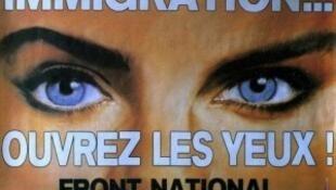 """Afiche del Frente Nacional: """"Inmigración... ¡Abran los ojos! Frente Nacional, para no volver a equivocarse""""."""