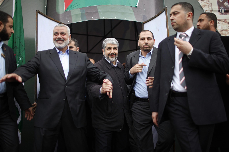 Khaled Meshaal (à esq.) chega ao local onde houve a celebração de 25 anos do Hamas, neste sábado, em Gaza.