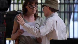 Woody Allen e Carla Bruni em cena de filme rodado em Paris.