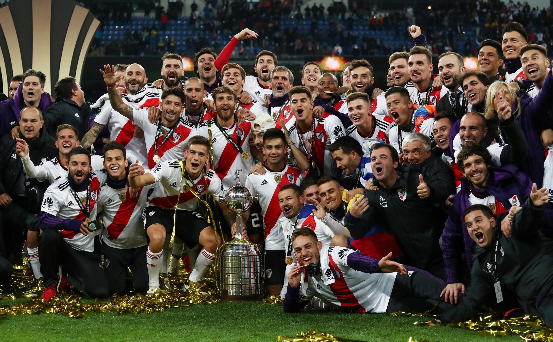 Los jugadores de River Plate celebran con el trofeo después de ganar la final de la Copa Libertadores.