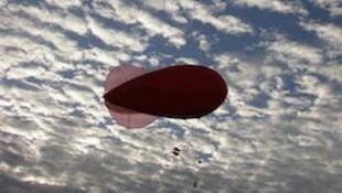 Ballon captif utilisé pour réaliser des mesures dans la couche limite, ici au lever du jour à Agoufou au Mali, sur fond de stratocumulus. Photo prise pendant la campagne AMMA (Analyses Multidisciplinaires de la Mousson Africaine).