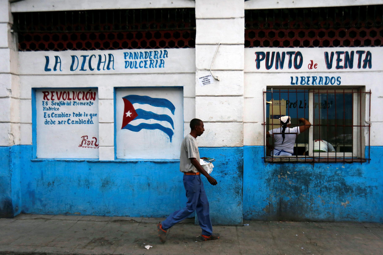 Un hombre camina frente a una panadería de Estado en La Habana el 18 de abril de 2018.