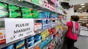 Khẩu trang y tế, một mặt hàng khan hiếm thời đại dịch Covid-19. Trong ảnh, biển ghi ''Hết khẩu trang và nước sát trùng'', tại một hiệu thuốc ở Nice (Pháp), ngày 4/3/2020,