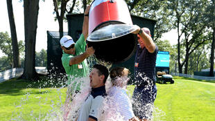 Les golfeurs anglais Justin Rose et américain Brandt Snedeker se font arroser par leurs caddies le 19 août à Paramus (New Jersey).