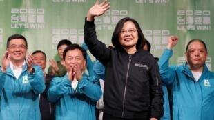 Tsai Ing-wen,reeleita presidente de República da China, celebra a sua vitória na companhia dos seu partidários.Taipé. 11 de Janeiro de 2020