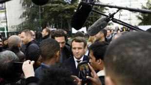 Кандидат в президенты Франции Эмманюэль Макрон в пригороде Парижа, 27 апреля 2017 г.