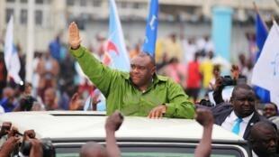 L'opposant Jean-Pierre Bemba salue ses partisans, avant la tenue d'une meeting à sainte-Thérèse, le 23 juin 2019.
