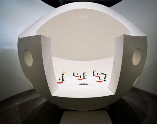 """L'installation des """"Ergo-Robots"""" : curiosité artificielle et langage."""