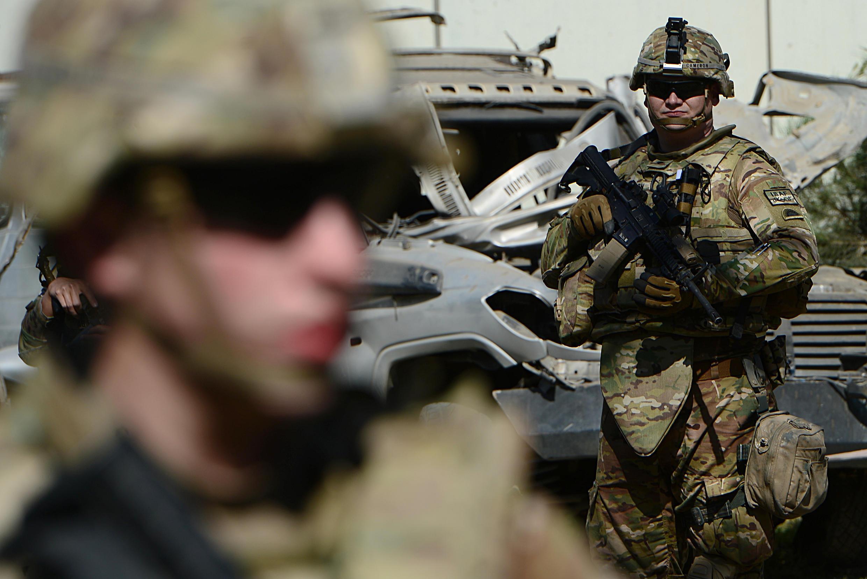 Des soldats américains sur le site de l'attentat du 16 septembre 2014 à Kaboul.