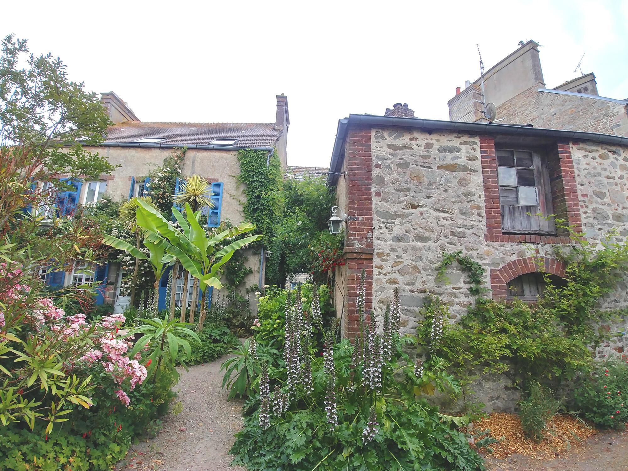 """Nhờ giữ được nét đẹp hài hòa truyền thống, Saint-Vaast la Hougue đoạt danh hiệu """"Ngôi làng yêu thích nhất của người Pháp"""" 2019"""
