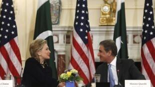 La secrétaire d'Etat américaine Hillary Clinton et le ministre pakistanias des Affaires étrangères Shah Mehmood Qureshi lors de leur rencontre à Washington le 24 mars 2010.