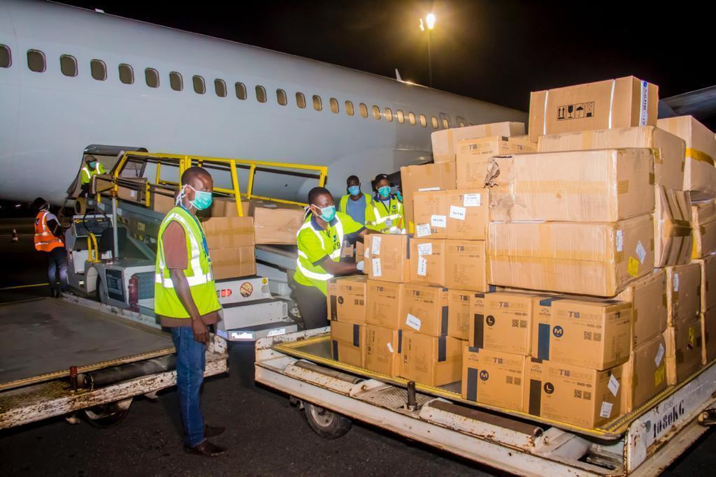 Une cargaison de masques et d'autres materiels de lutte contre la propagation du Covid-19 arrive à l'aéroport d'Abidjan le 31 mars 2020. C'est un don de la société ARISE.