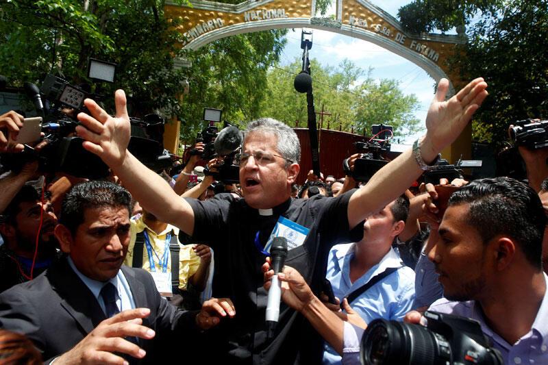 Mgr Miguel Mantica tente de calmer la foule lors des manifestations contre le gouvernement du président Daniel Ortega à Managua, au Nicaragua, le 18 mai 2018.