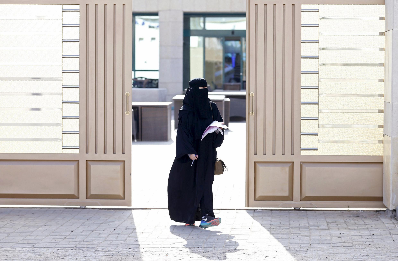 Mulher saudita deixa local de votação.
