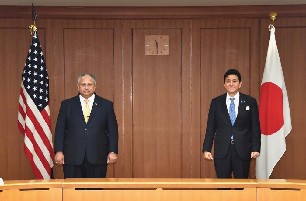 美国海军部长卡洛斯·德尔·托罗与日本防卫大臣岸信夫资料图片