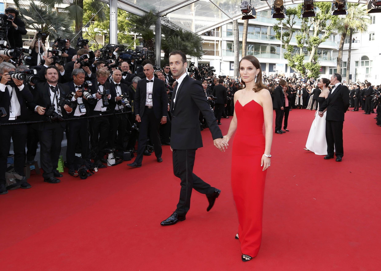 Натали Портман с мужем, хореографом Бенжаменом Мильпье, в красном...