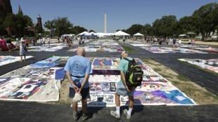 """Le """"Patchwork des noms"""" des victimes  du sida est exposé cet été à Washington à  l'occasion de la conférence sur le sida."""