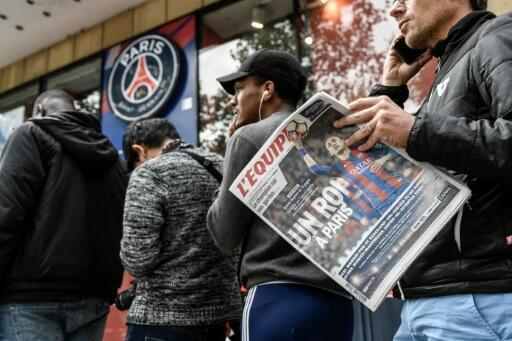 Un fan du PSG avec le journal L'Equipe sur les Champs-Elysées, le 4 août 2017