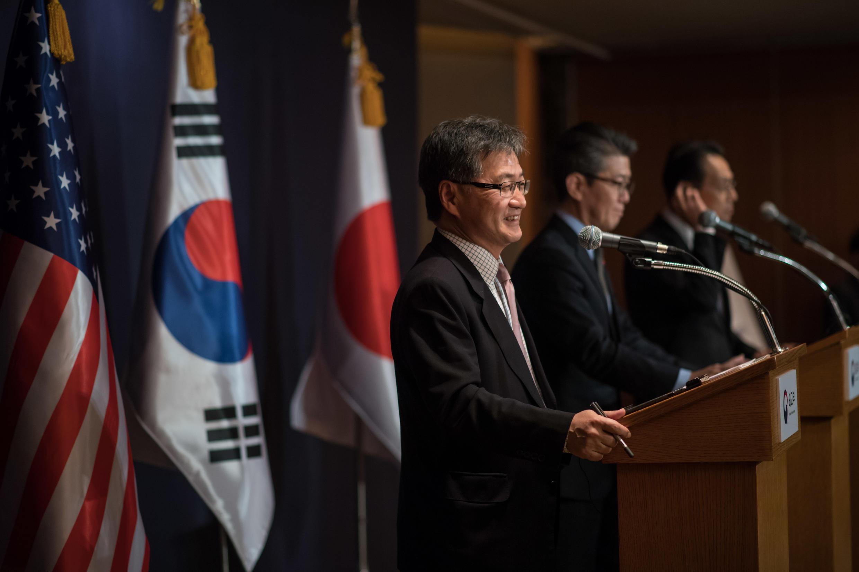 Joseph Yun (T), nhà đàm phán hạt nhân Hàn Quốc Kim Hong-Kyun (G) và đồng nhiệm Nhật Bản Kenji Kanasugi (P), trong một buổi họp báo tại Seoul ngày 13/12/2016.