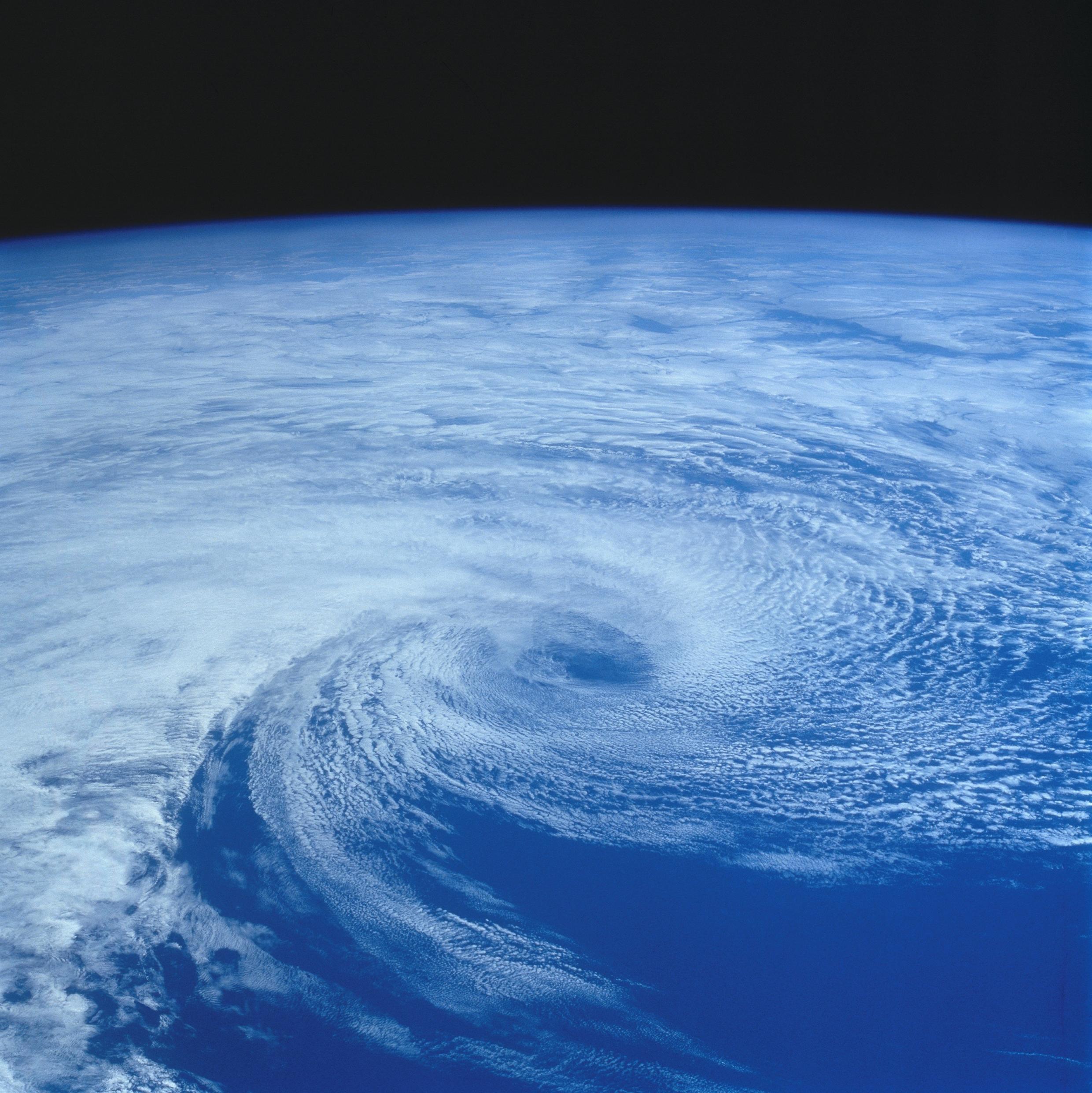 Вид Земли из космоса, через иллюминатор МКС.