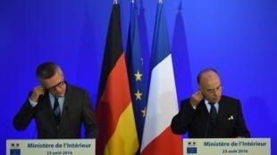 Министр внутренних дел Франции Бернар Казнев (справа) и его германский коллега Томас де Мезьер, Париж, 23 августа 2016.