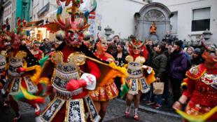 Manneken disfrado con el Carnaval de Oruro en su versión belga
