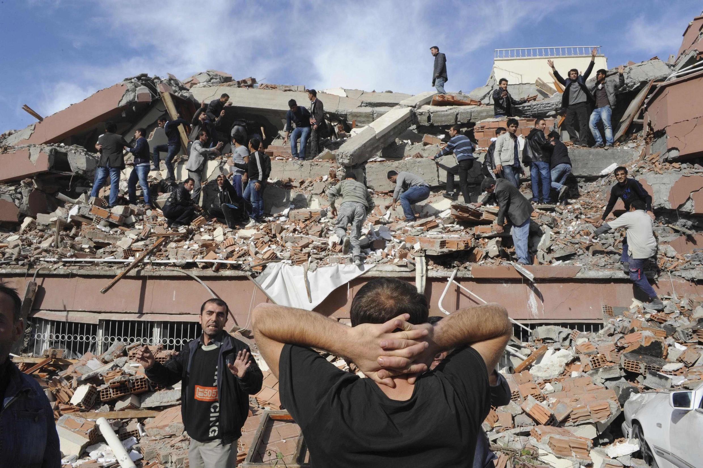 Terremoto na Turquia. Muitas pessoas poderiam estar presas nos escombros, em Tabanli, perto de Van, na Turquia.