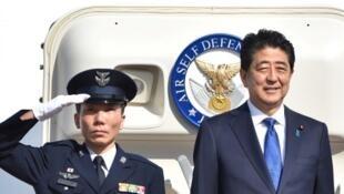 A droite, Shinzo Abe, le Premier ministre japonais avant son départ pour les Etats-Unis, le 17 novembre 2016.